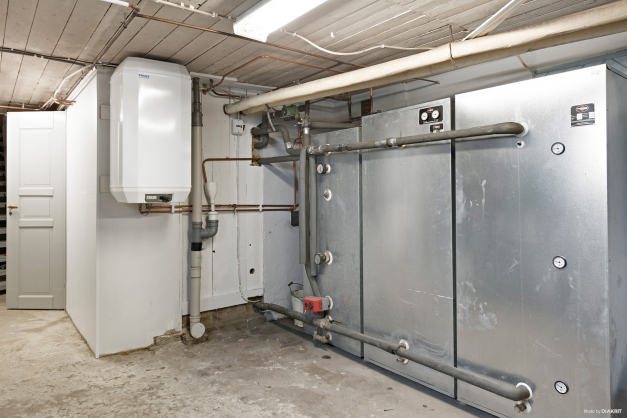 Pannrum med ackumulatortankar i källarplanet.