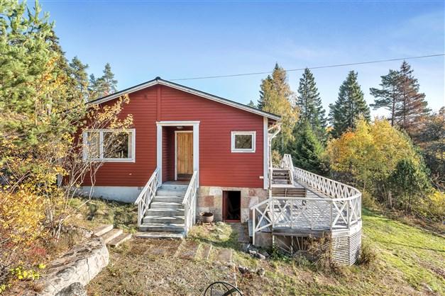 Huset med trädäckad altan