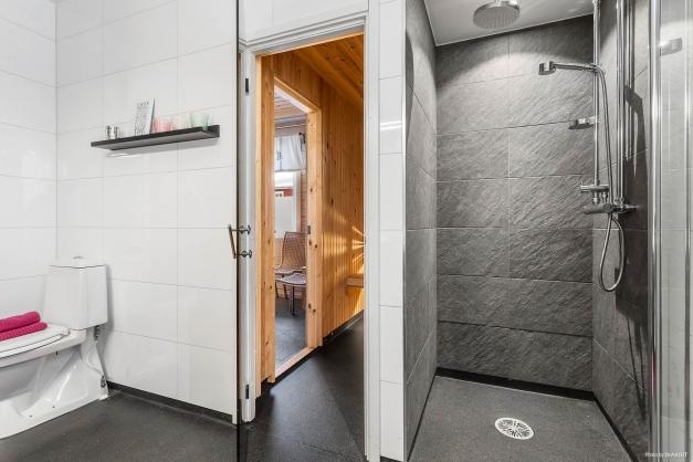 Badrum med duschhörna