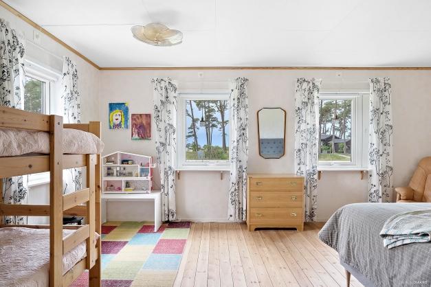 Generöst sovrum med ljusinsläpp från två håll