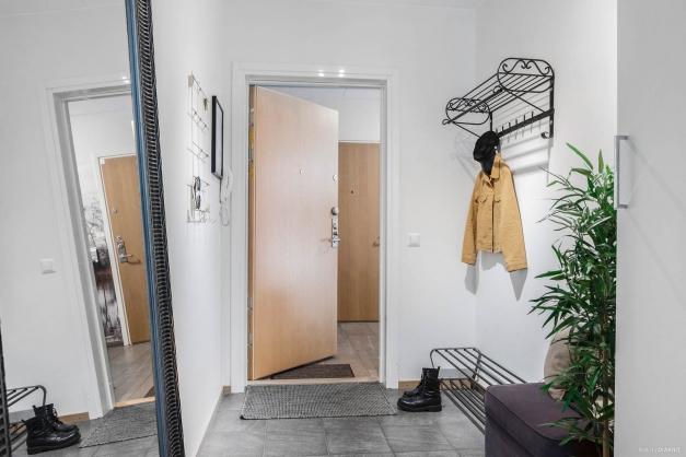 Klinkergolv vid entrén i övrigt parkettgolv i hela lägenheten