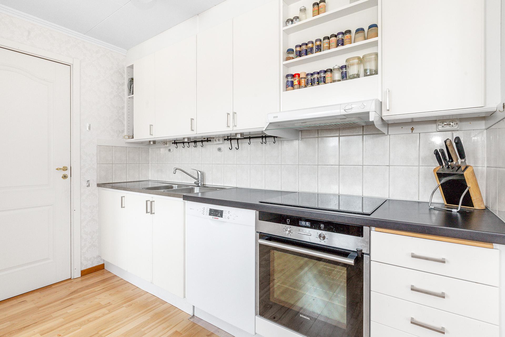 Modernt kök med ljusa materialval