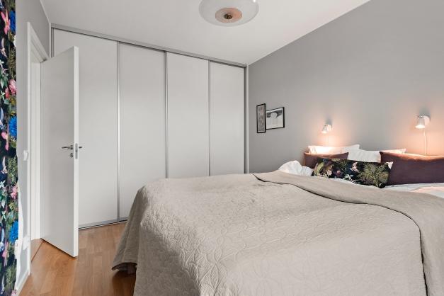 Sovrum 1 med plats för dubbelsäng och riklig förvaring