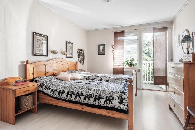 Sovrum 1 med utgång till balkong