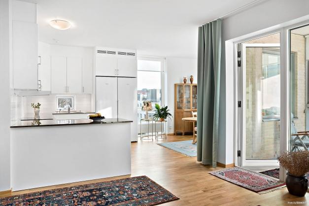 Kök, matplats och vardagsrum i öppen och ljus planlösning