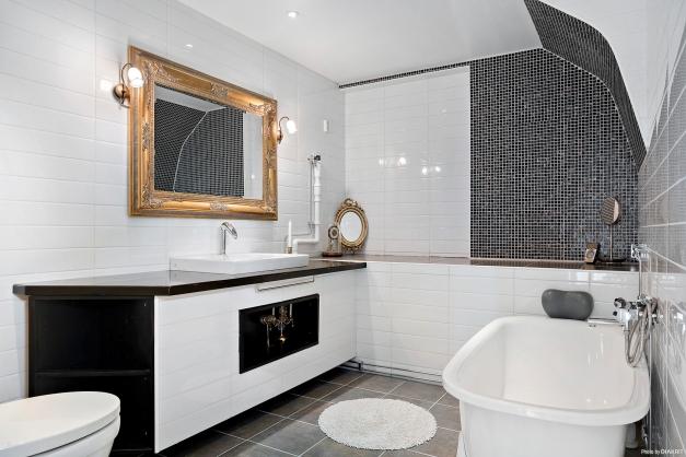 ...snyggt helkaklat badrum från 2010