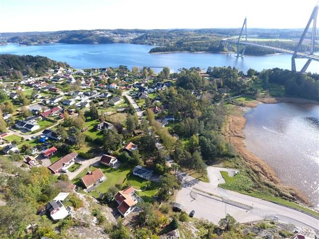 Fastigheten längst ner i mitten i bild och Uddevalla bron till höger.