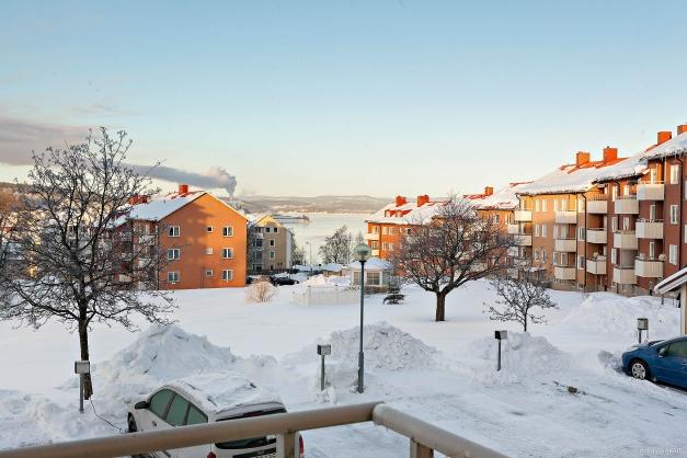 Utsikten från vardagsrum och balkong