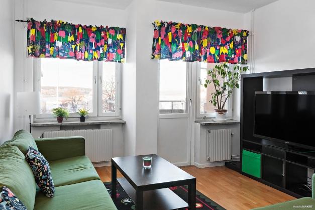 Ljust vardagsrum med balkong och fin utsikt