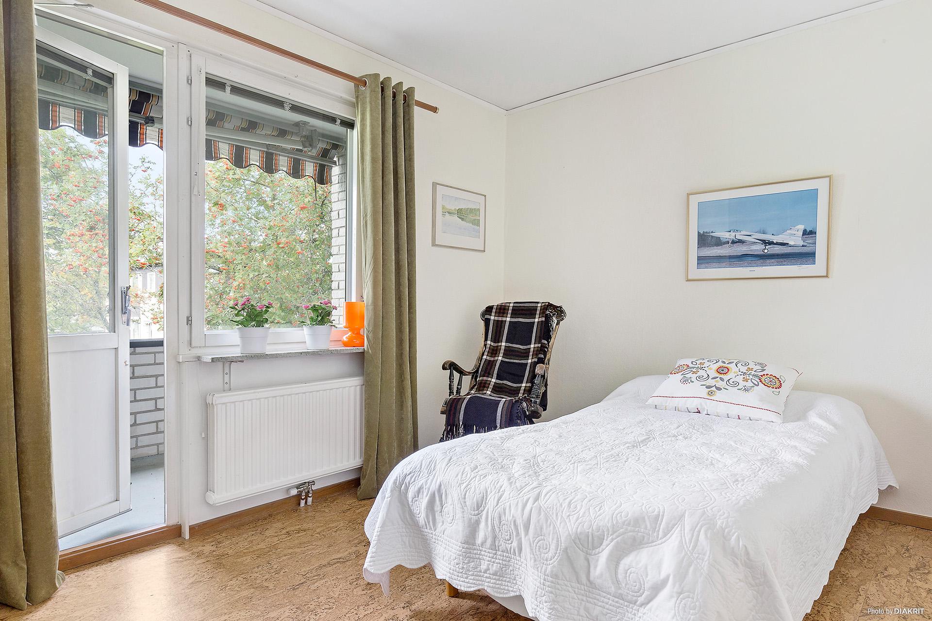 Sovrum med utgång till balkong