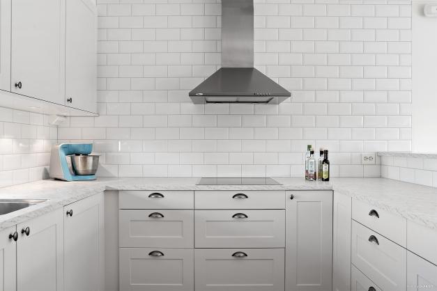 Den kaklade väggen ger härlig karaktär åt köket