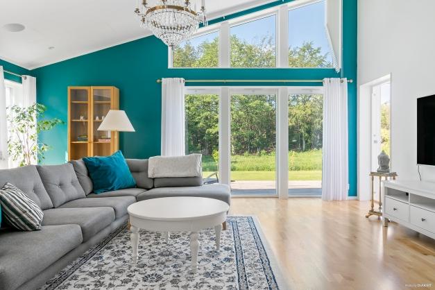 Fantastiskt rum med generös takhöjd och fönstren som går ända upp i nock