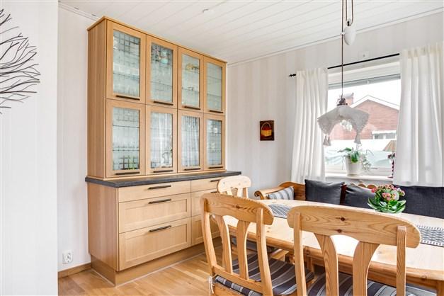 Platsbyggt vitrinskåp i köket.