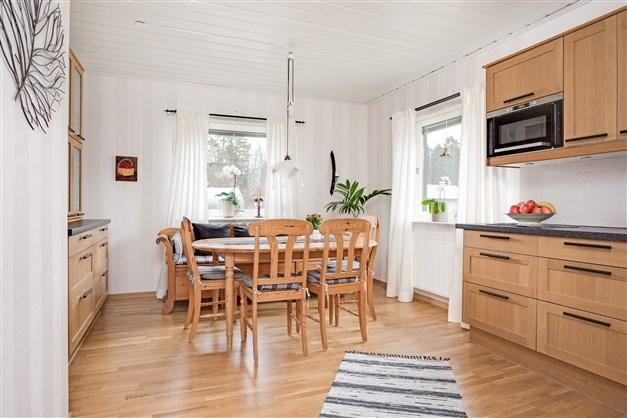 Matplats i köket med plats för större köksmöblemang.
