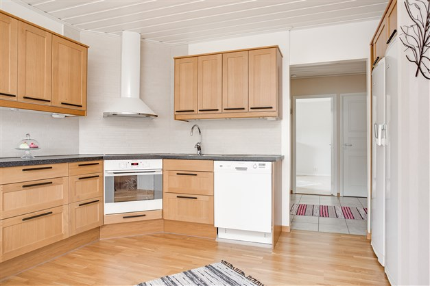 Köket erbjuder mycket skåp och förvaring och stor arbetsyta.