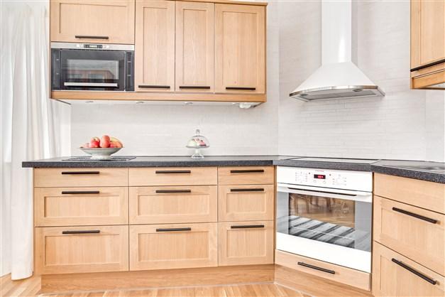 Kök renoverat 2009 med parkettgolv och inredning i ek (IKEA).