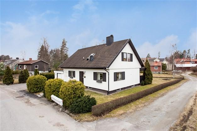 Fräsch villa i centralt område med garage och fin hörntomt.