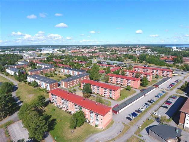 Översiktsbild. Lägnheten ligger i den mittersta av de fem huslängorna till höger i bild