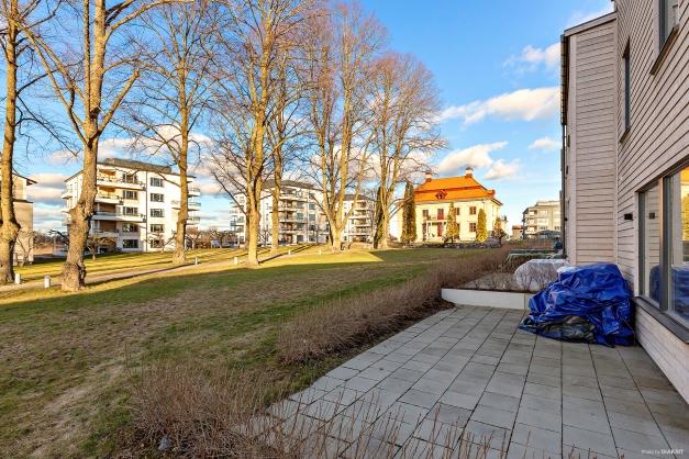Gavelradhus med baksidan i fritt läge mot gemensamma gräsytor