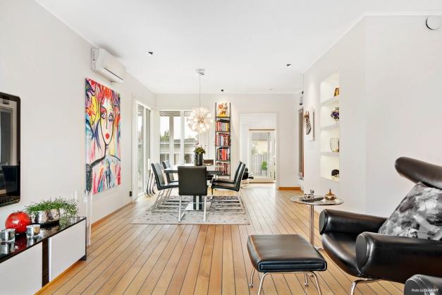 Stort vardagsrum med inbyggda hyllor