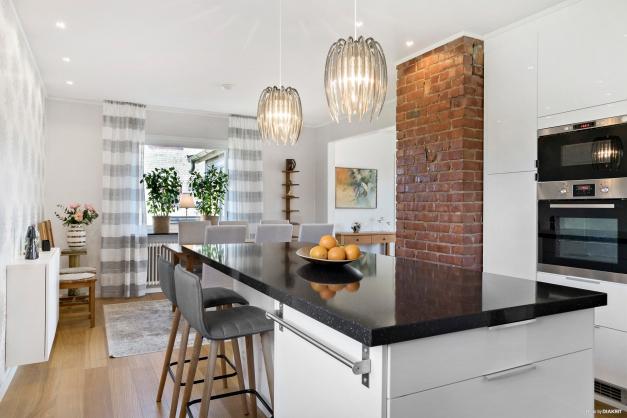 Snyggt och stilrent kök med köksö.