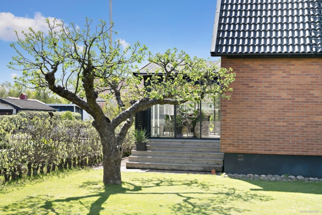 Uterummet nås både från trädgården på baksidan samt från altan på framsidan.