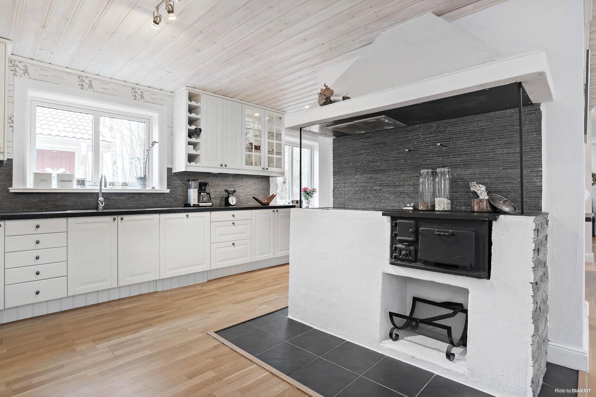 Stilrent kök med enormt fina arbetsytor och förvaring