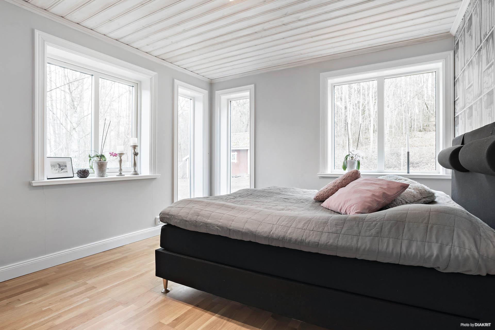 Sovrum med mycket fint ljusinsläpp från två väderstreck