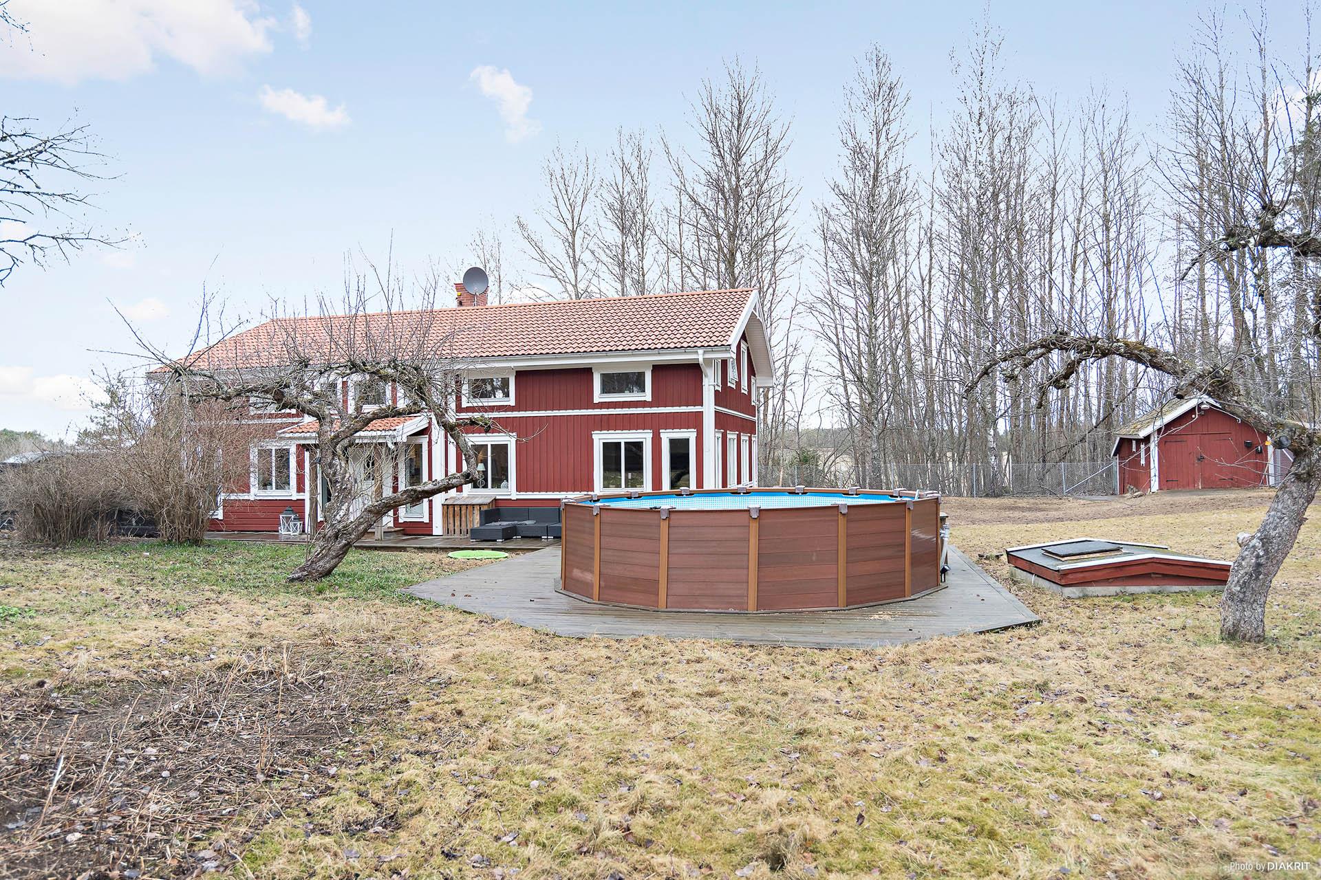 1 1/2-plansvilla med stora ytor med skogen som granne.