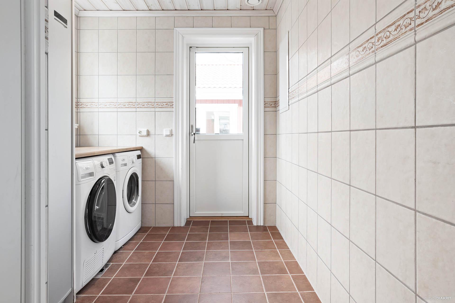 Helkaklad tvättstuga med även toalett och kommod