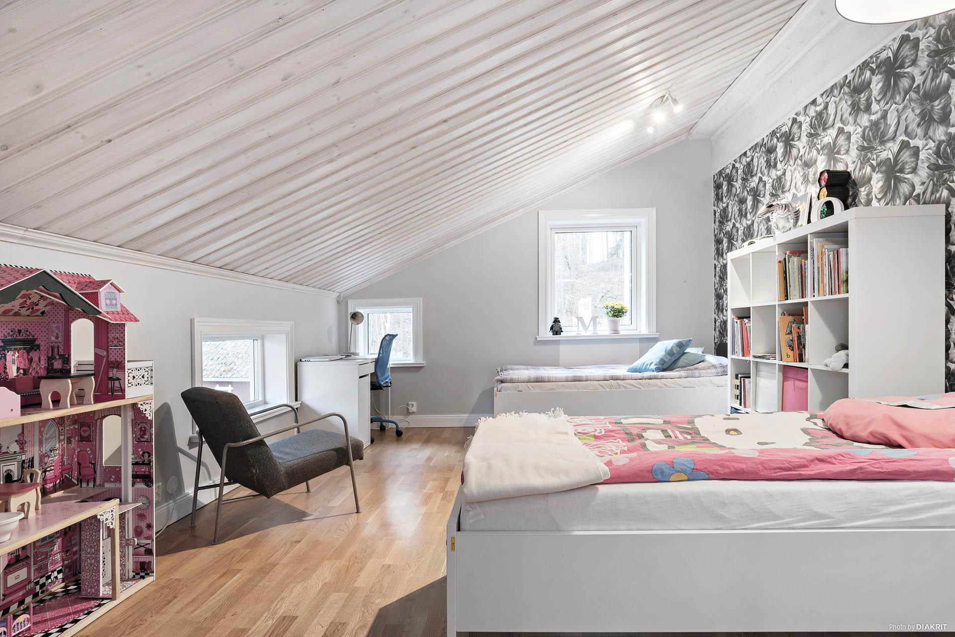 Sovrum med ljusinsläpp från två väderstreck