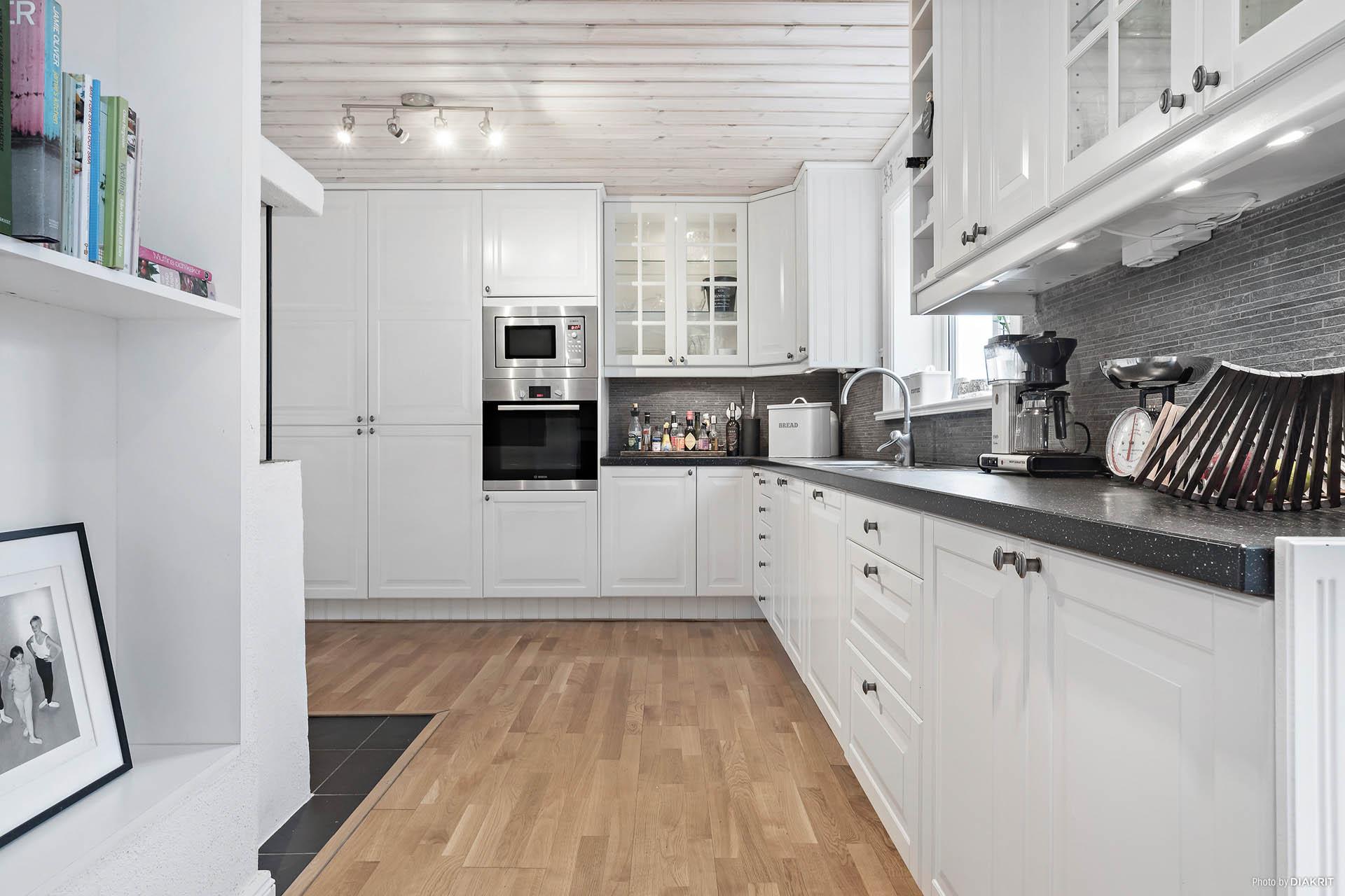 Stilrent och modernt kök i svart och vitt.