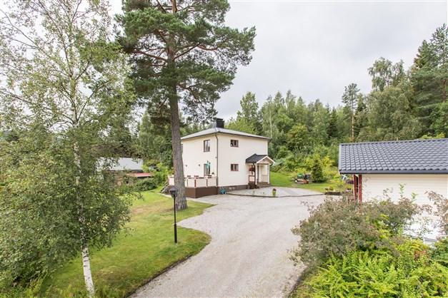 Välkomna till Bållebergsvägen 28 - Renoverad tvåplansvilla med vacker omgivning!