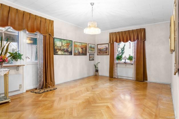 Vardagsrummet är ljust med två fönster
