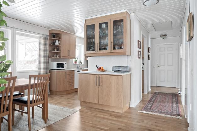 Matplats kök och passagen mot sovrum, badrum, grovkök m.m.
