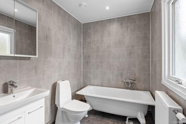Badrummer på entréplan med badkar