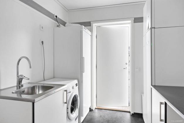 Groventrén med tvättmaskin och torkskåp