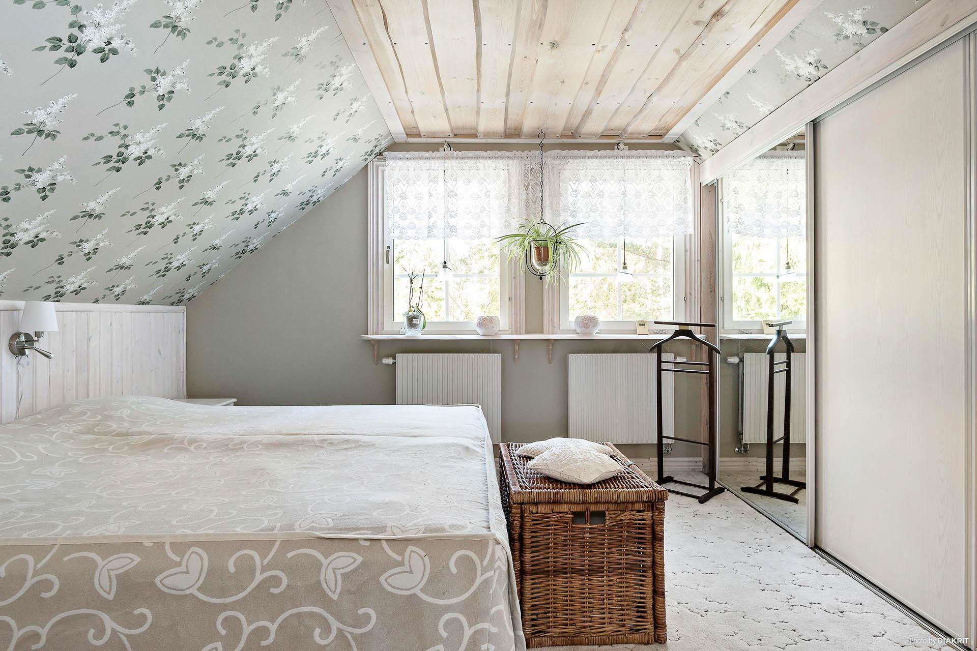 Sovrummet är stort och har en hel garderobsvägg bakom skjutdörrar