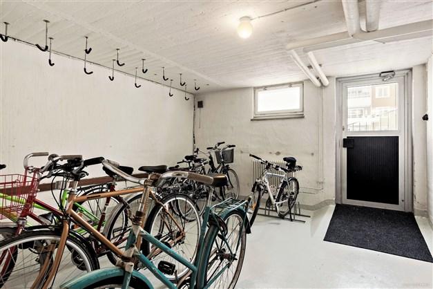 Cykelförråd finns i källarplanen.