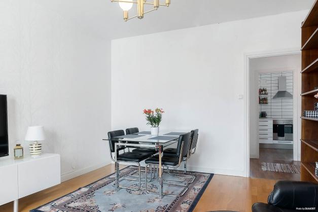 Vardagsrum med plats för matbord.