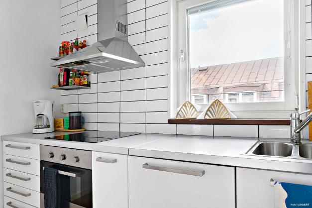 Modernt kök med inbyggnadsmaskiner.