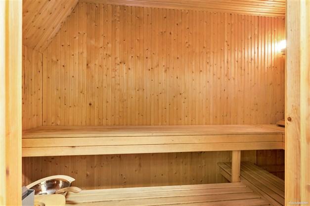 Fin bastu med dusch & relax i källarplan.