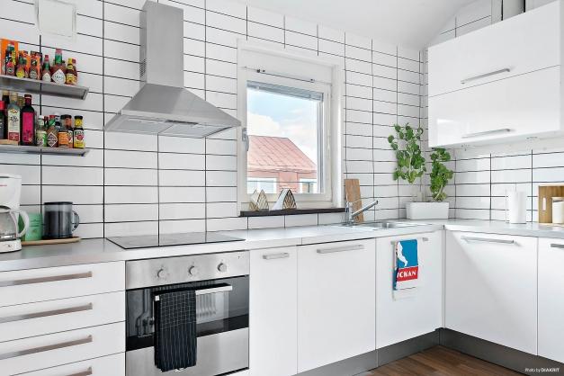 Modernt kök med goda arbetsytor.
