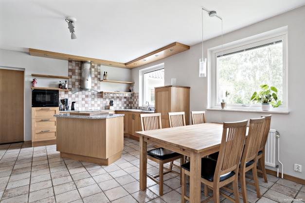Kök och matplats i öppen planlösning