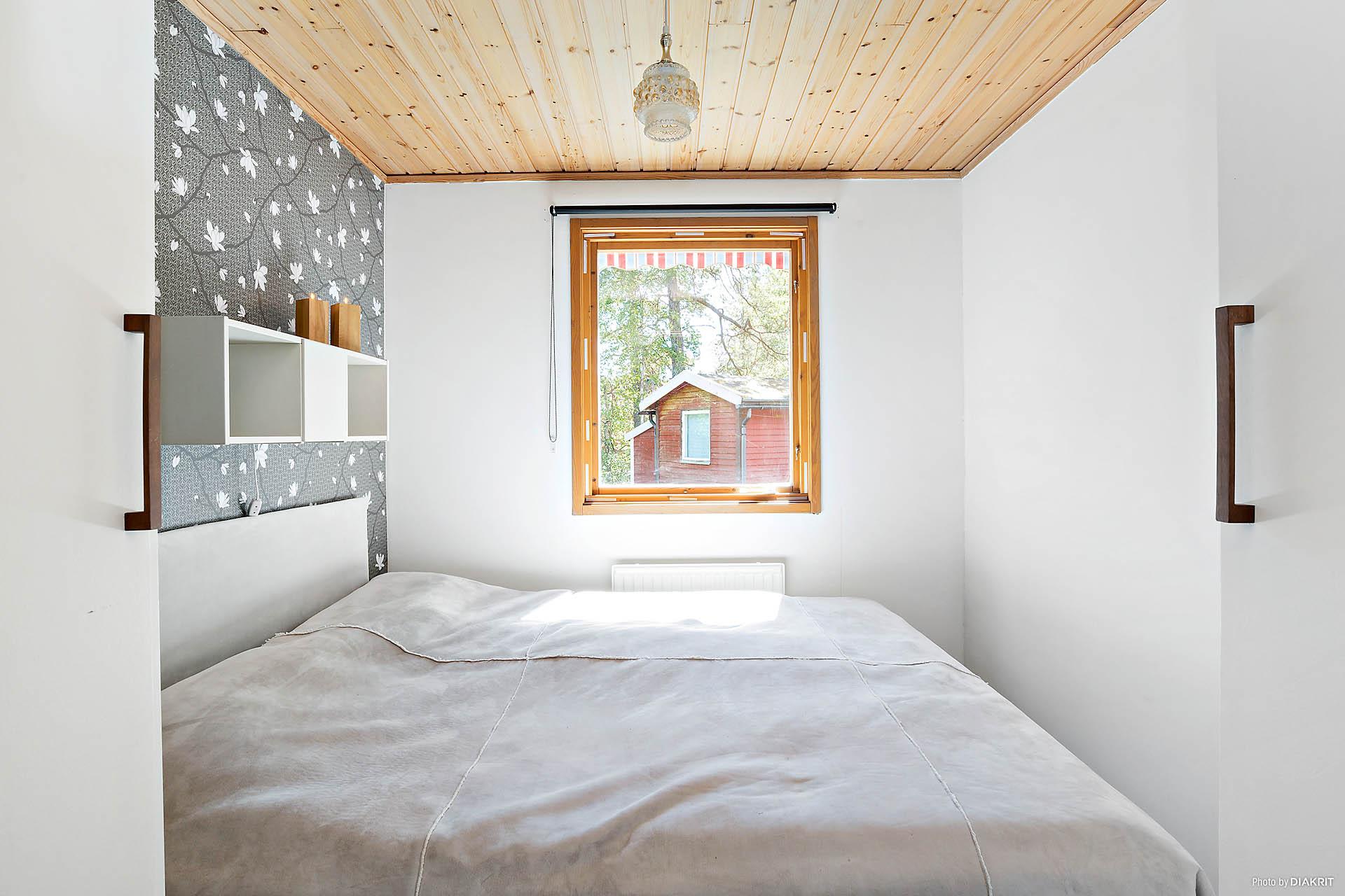 Stora sovrummet med fönster mot baksidan