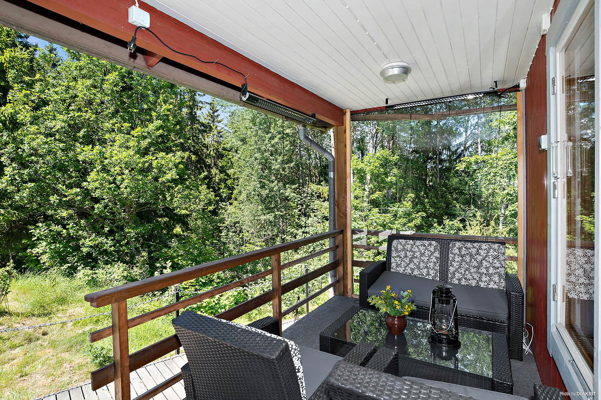 Veranda under tak med infravärme och vindskydd