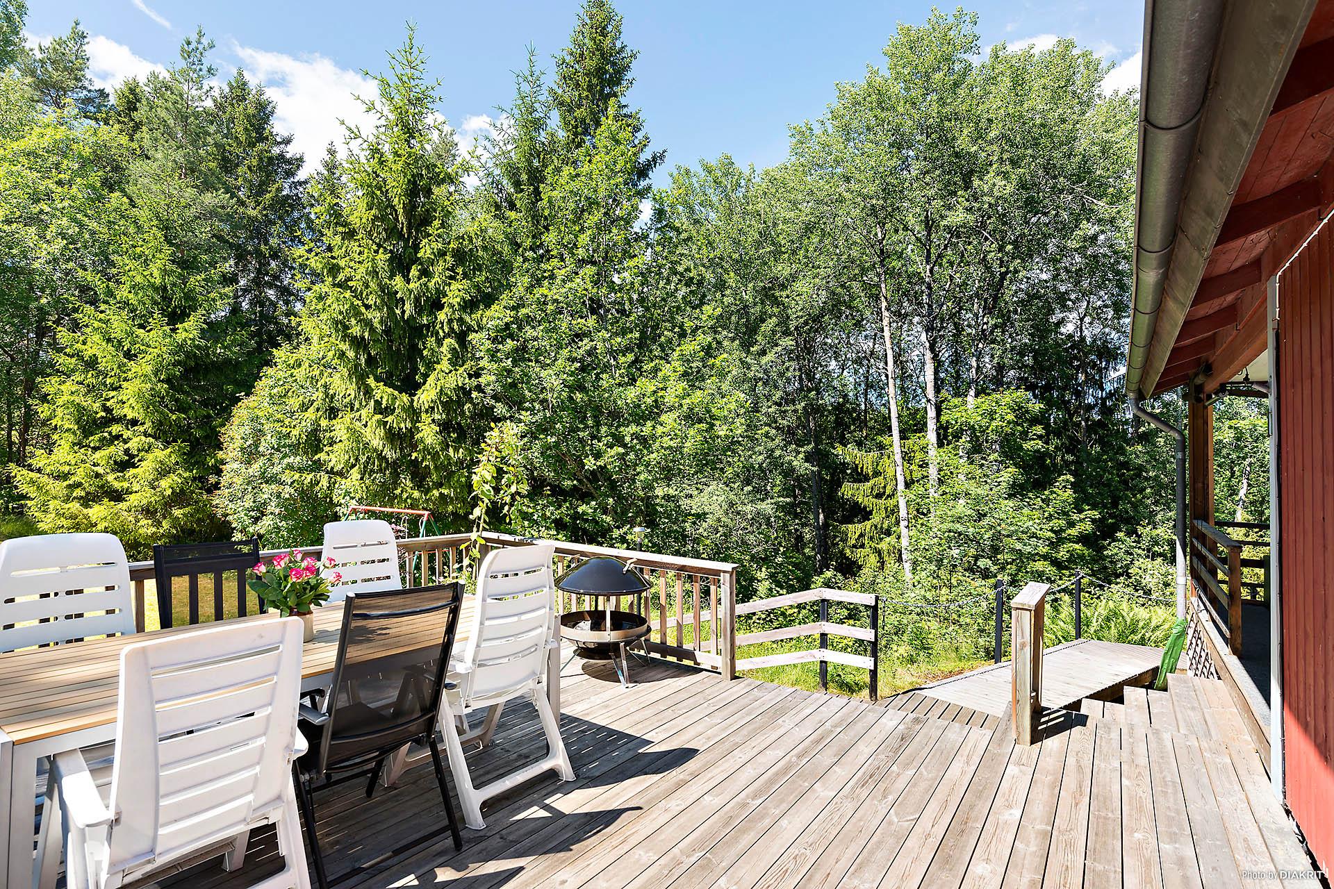 Stor altan på ca 30 kvm med utsikt mot trädgården