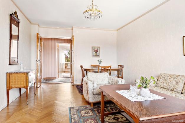 Vardagsrum med vy mot hall och sovrum