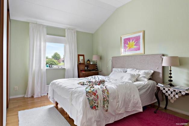 Sovrum 1 uppe med takhöjd och skjutdörrs garderob.