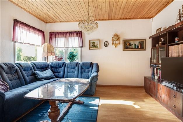 Vardagsrummet har fönster åt två håll vilket ger fint ljus.
